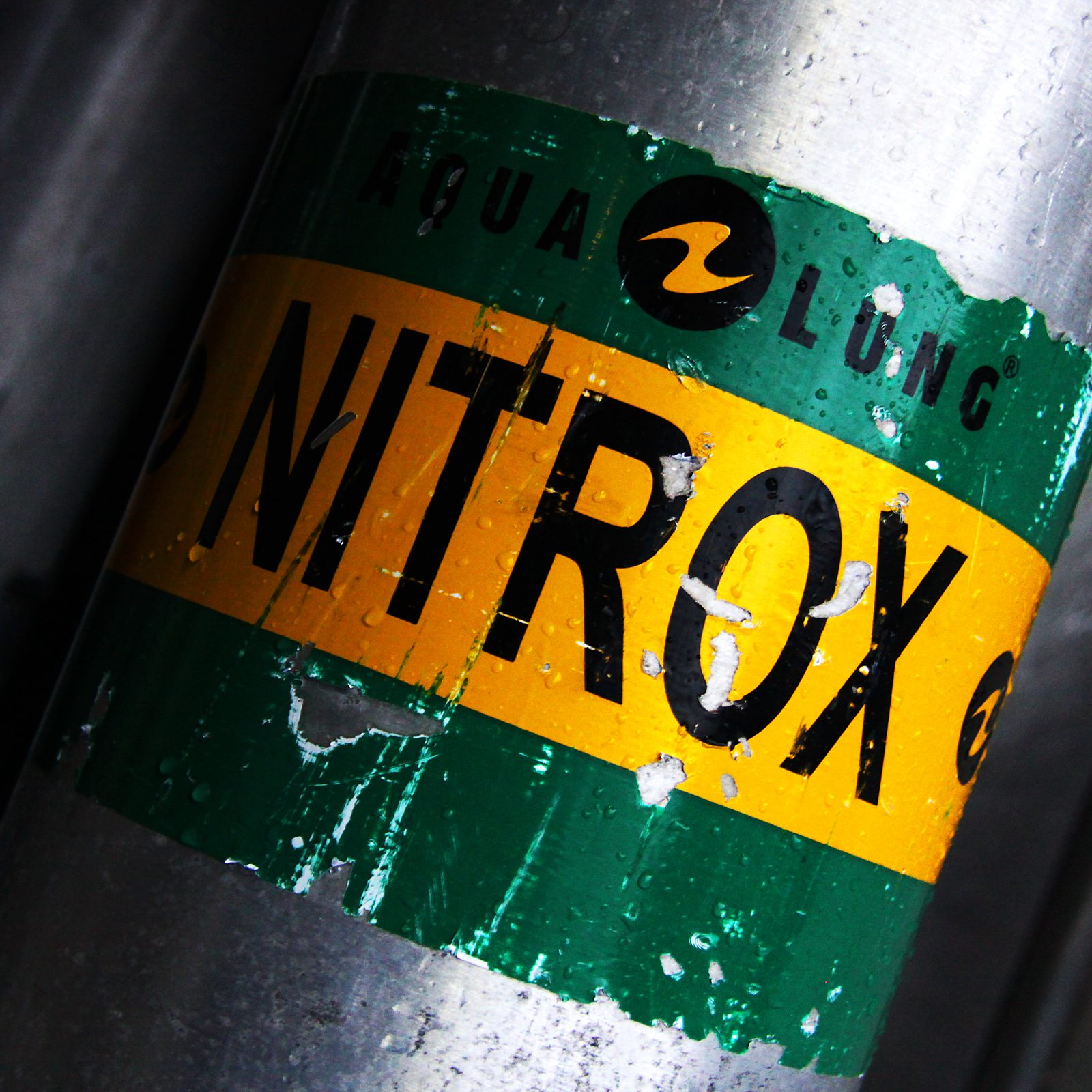 a diving cylinder with a Nirtox decal